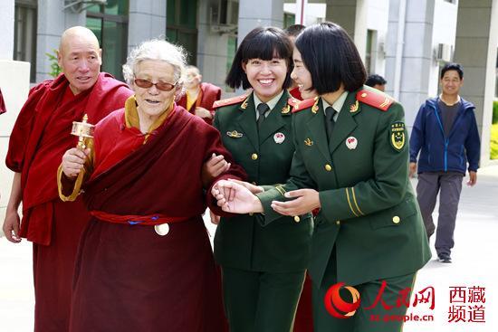 武警西藏总队医院为44名僧尼进行免费体检