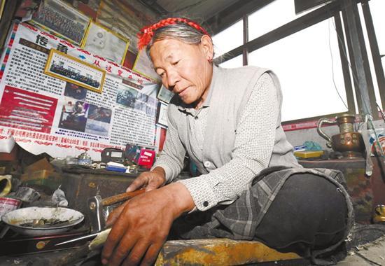 西藏:非遗作品 带动致富