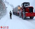 武警某部交通三支队冒严寒8小时抢通川藏线        经过该支队官兵8小时的鏖战,滞留车辆顺利继续前行。
