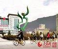 """林芝桃花节首次开启""""单车游""""        游客们在游玩赏花的旅程中,可以骑着小黄车穿行在桃花林中。"""