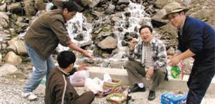 西藏大学钟扬教授:用生命播种雪域未来        汽车疾驰,钟扬生命定格在了53岁。在生命最后一刻,他在想什么?他在牵挂谁?