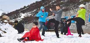 西藏:玩冰雪 赏美景       林芝市第十六届桃花旅游文化节吸引了众多区内外游客前往观光游玩。