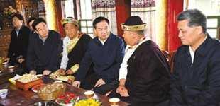 广东省党政代表团在藏考察对口支援工作          这是在米林县米林镇邦仲村党支部书记、致富带头人吾金次仁家中,李希了解当地群众生产生活和增收致富情况。