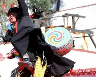 西藏扎囊:氆氇经济成为农牧民致富支柱