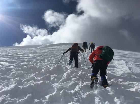 62名户外爱好者登顶洛堆峰圆梦雪山