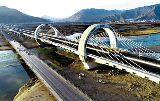 柳东大桥通车在望 彩灯映衬下熠熠生辉