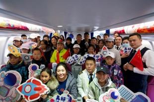 """西藏青少年代表观看""""嫦娥五号""""升空 西藏青少年的20幅太空主题画作搭载""""嫦娥五号""""进入太空"""