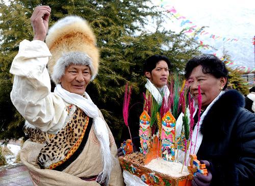 ...藏历土牛新年第一天,拉萨市民沉浸在新年的欢乐之中,人们身着...