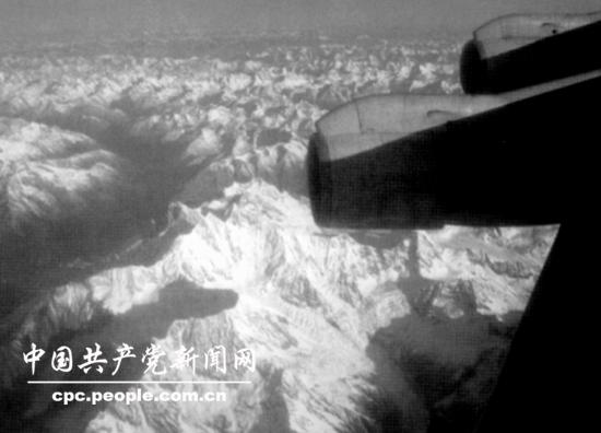 当飞机降落下来后,藏族人民立即跑上前去