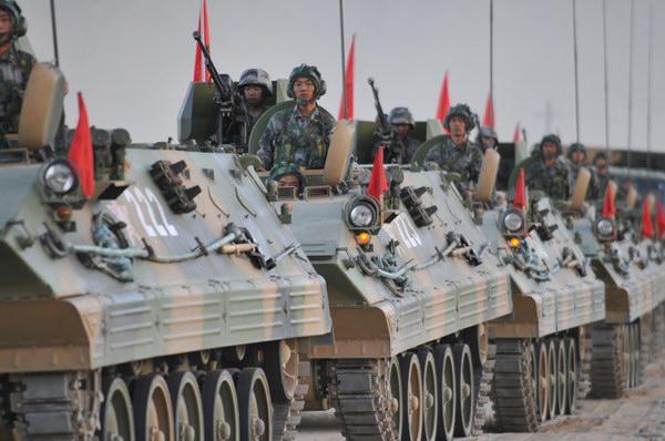 还是在1990年8月1日这天,经中央军委批准,西藏军区某摩步团在拉萨组建。从那时起,某摩步团的官兵们便牢记嘱托,不辱使命,一次次填补雪域高原练兵空白,一次次跨越世界军事史上无人区的极限,一次次在重大军事行动中交出满意的答卷。   时光荏苒,已是风雨19载。如今,我军这支年轻的拳头部队,已经锻造成长为让祖国放心的一支现代高原铁骑。   19年来,某摩步团官兵扛回奖牌100多块,也出色完成重大战役演习、迎外展示、国际维和等27项重大军事任务,创新战法训法40多项,技术革新成果有30多个,团队连续11年被